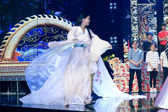 Hoa hậu Tiểu Vy gặp sự cố, ngã lăn trên sân khấu Táo Quân - Ảnh 9.
