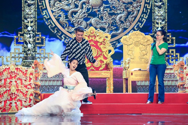 Hoa hậu Tiểu Vy gặp sự cố, ngã lăn trên sân khấu Táo Quân - Ảnh 5.