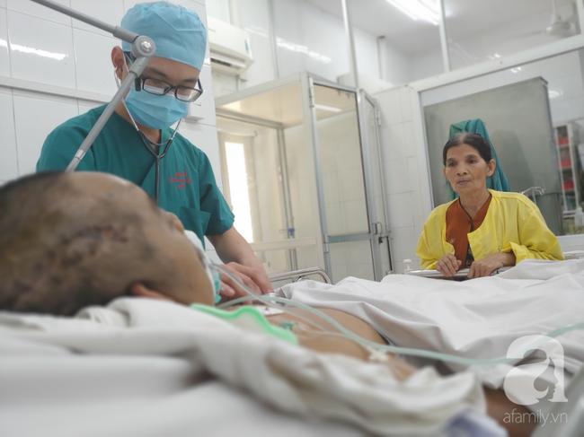 Bà mẹ bán chè nghèo nuôi con nguy kịch trong viện được hỗ trợ gần 100 triệu đồng nhưng bệnh nhân đã mất - Ảnh 1.