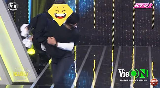 Người ấy là ai?: Khán giả choáng váng khi anh chàng đẹp trai cởi áo, xông tới bế bổng BB Trần trên sân khấu - Ảnh 3.