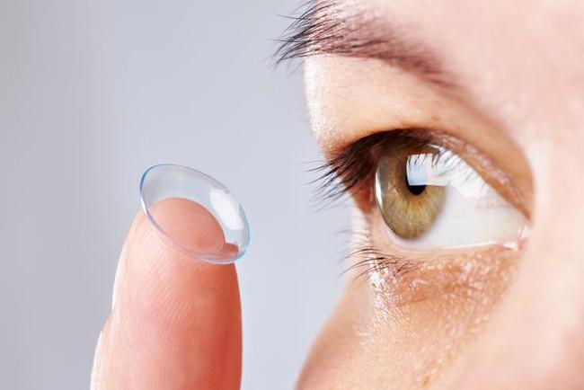 Từ những ca bệnh bị hỏng mắt, các nhà khoa học khuyến cáo người dân cần từ bỏ ngay thói quen này khi ngủ - Ảnh 1.