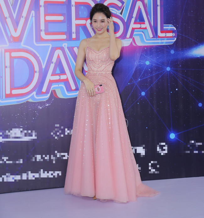 Hari Won xinh xắn như công chúa, Minh Hằng cực chất với bộ cánh da báo ấn tượng - Ảnh 3.