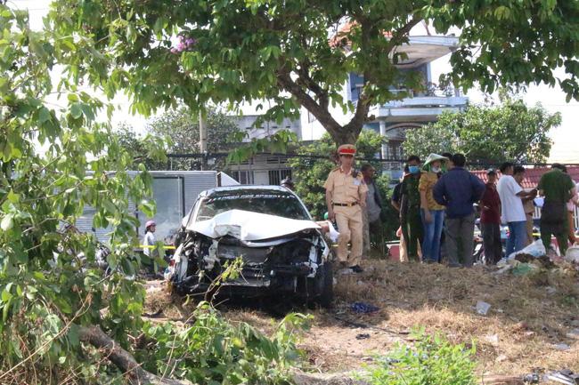 Bình Dương: Nghi vấn hai ô tô đua tốc độ gây tai nạn liên hoàn, người đàn ông bán dưa bên đường bị tông tử vong - Ảnh 1.