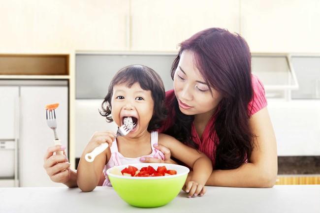 Trẻ chưa đến độ tuổi này mà đã ăn như người lớn thì chẳng có ích lợi gì mà còn hại thêm nhiều - Ảnh 2.