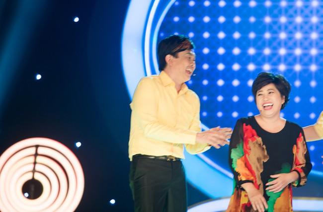 Phi Phụng đi catwalk như siêu mẫu, khoe chân dài khiến Chí Tài cười ngất  - Ảnh 3.