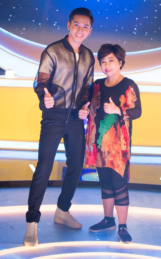 Phi Phụng đi catwalk như siêu mẫu, khoe chân dài khiến Chí Tài cười ngất  - Ảnh 1.