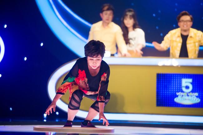 Phi Phụng đi catwalk như siêu mẫu, khoe chân dài khiến Chí Tài cười ngất  - Ảnh 6.