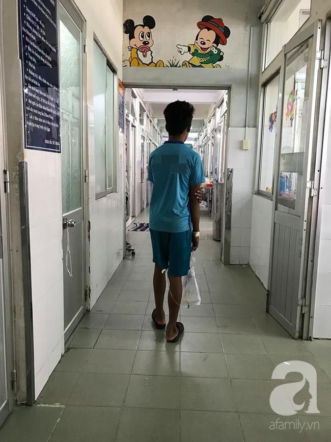 Bé trai 14 năm tiểu ngồi vì dị tật: Mẹ béo phì, mang thai trễ cần chú ý để con không bị bệnh này - Ảnh 1.