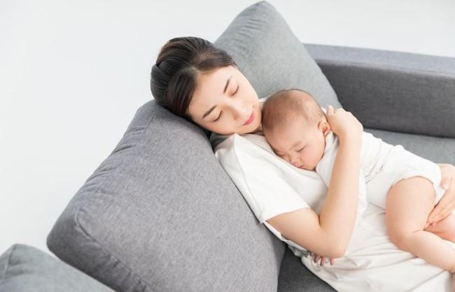 Cho con 3 tháng tuổi ngủ cùng giường, cặp vợ chồng ân hận suốt đời chỉ vì hành động quá sai nhiều người vẫn làm - Ảnh 4.