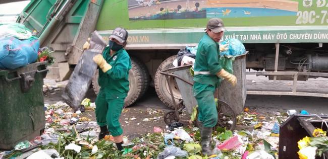 Hà Nội ra công văn hỏa tốc vụ rác thải chồng chất bên đường, mùi hôi nồng nặc - Ảnh 1.