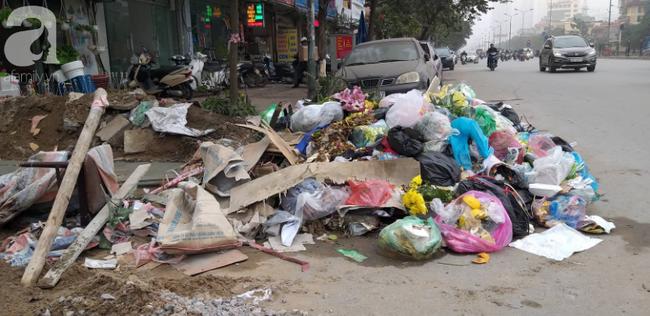 Hà Nội ra công văn hỏa tốc vụ rác thải chồng chất bên đường, mùi hôi nồng nặc - Ảnh 2.