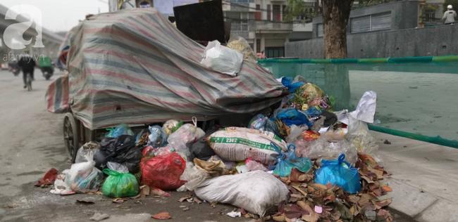 Hà Nội ra công văn hỏa tốc vụ rác thải chồng chất bên đường, mùi hôi nồng nặc - Ảnh 3.