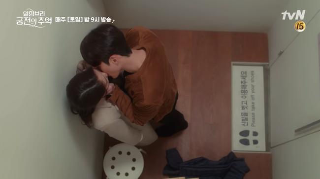 Hết hôn dưới mưa, Hyun Bin lại rủ Park Shin Hye hôn nhau trong... phòng thay đồ - Ảnh 11.