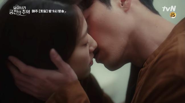 Hết hôn dưới mưa, Hyun Bin lại rủ Park Shin Hye hôn nhau trong... phòng thay đồ - Ảnh 2.