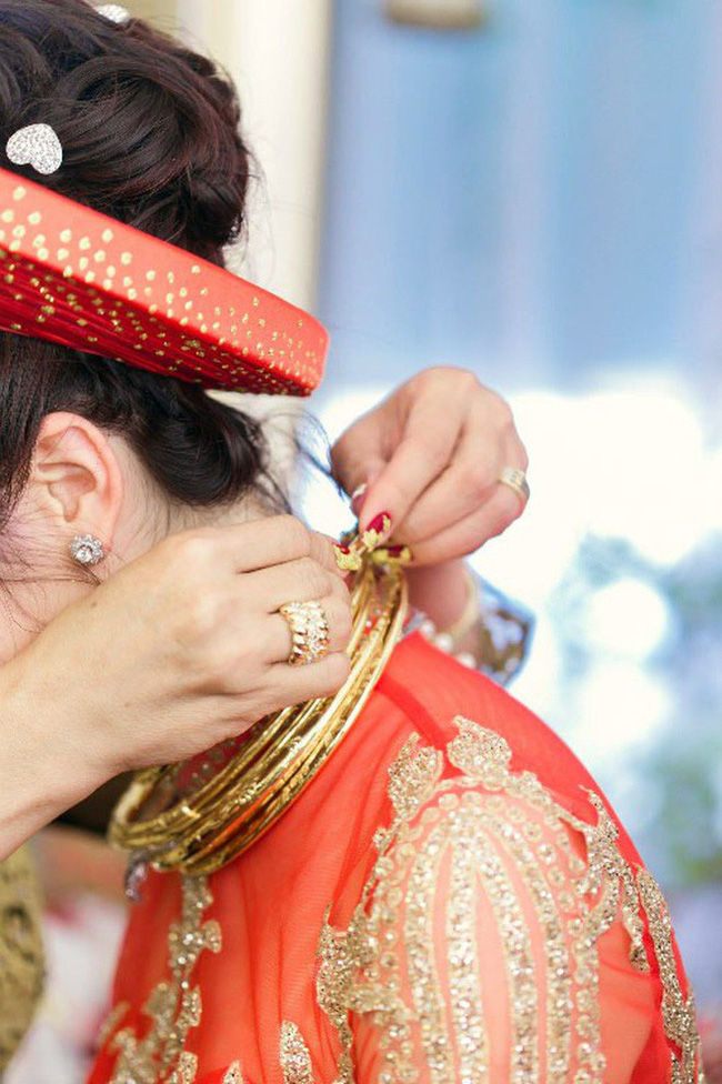 Cô dâu đeo vàng trĩu cổ có chị gái xinh đẹp không kém, cũng từng gây kinh ngạc với đám cưới rước dâu bằng máy bay và siêu xe - Ảnh 4.