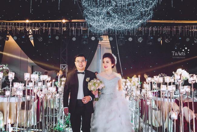 Cô dâu đeo vàng trĩu cổ có chị gái xinh đẹp không kém, cũng từng gây kinh ngạc với đám cưới rước dâu bằng máy bay và siêu xe - Ảnh 2.