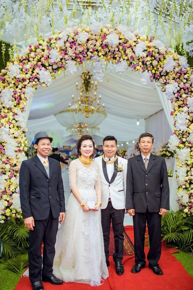 Cô dâu đeo vàng trĩu cổ có chị gái xinh đẹp không kém, cũng từng gây kinh ngạc với đám cưới rước dâu bằng máy bay và siêu xe - Ảnh 6.