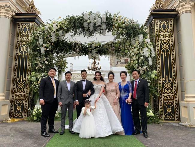 Cô dâu đeo vàng trĩu cổ có chị gái xinh đẹp không kém, cũng từng gây kinh ngạc với đám cưới rước dâu bằng máy bay và siêu xe - Ảnh 9.