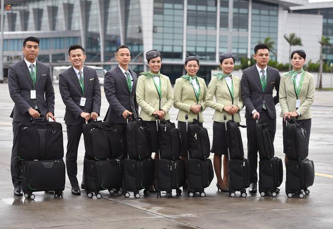 Phải công nhận, đồng phục của tiếp viên Bamboo Airways không chỉ lịch sự mà còn rất đẹp và trendy - Ảnh 1.