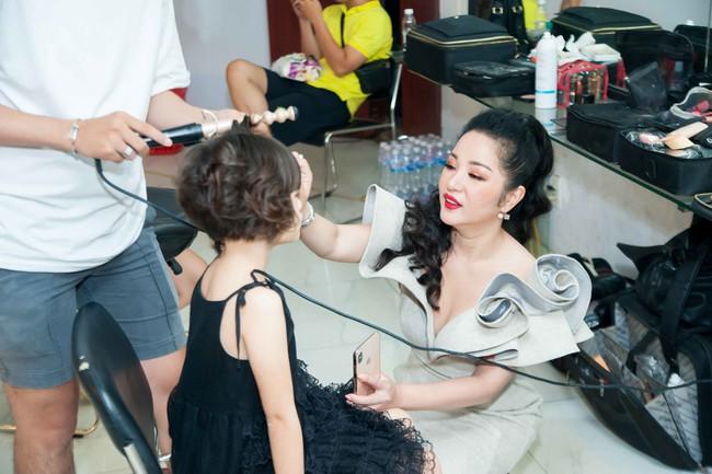 Thúy Nga tự tay làm tóc, trang điểm cho con gái trong hậu trường  - Ảnh 3.