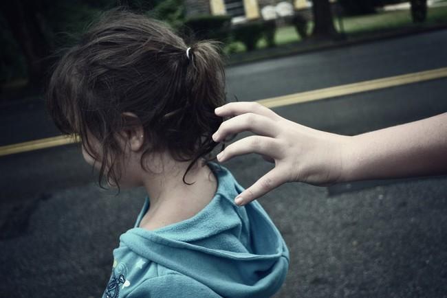 Cha mẹ cứ làm điều này bảo sao con không tự mình xử lý được khi gặp người lạ - Ảnh 1.