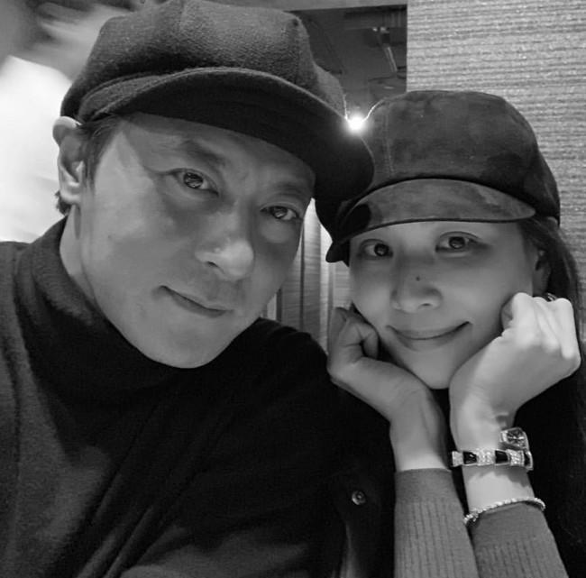 Vợ Jang Dong Gun khoe ảnh hiếm hoi của hai vợ chồng, 46 tuổi vẫn là cặp đôi hot nhất nhì Hàn Quốc - Ảnh 2.
