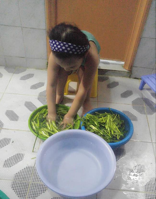 Dạy con làm việc nhà từ năm 2 tuổi, 4 tuổi bé gái đã biết làm mọi việc giúp mẹ, ai cũng phải trầm trồ - Ảnh 8.