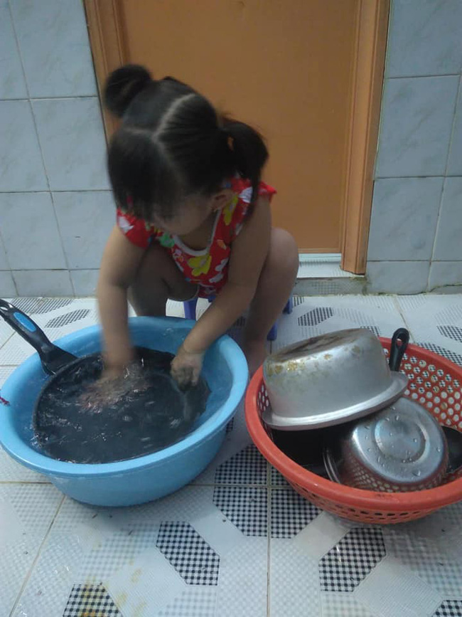Dạy con làm việc nhà từ năm 2 tuổi, 4 tuổi bé gái đã biết làm mọi việc giúp mẹ, ai cũng phải trầm trồ - Ảnh 14.
