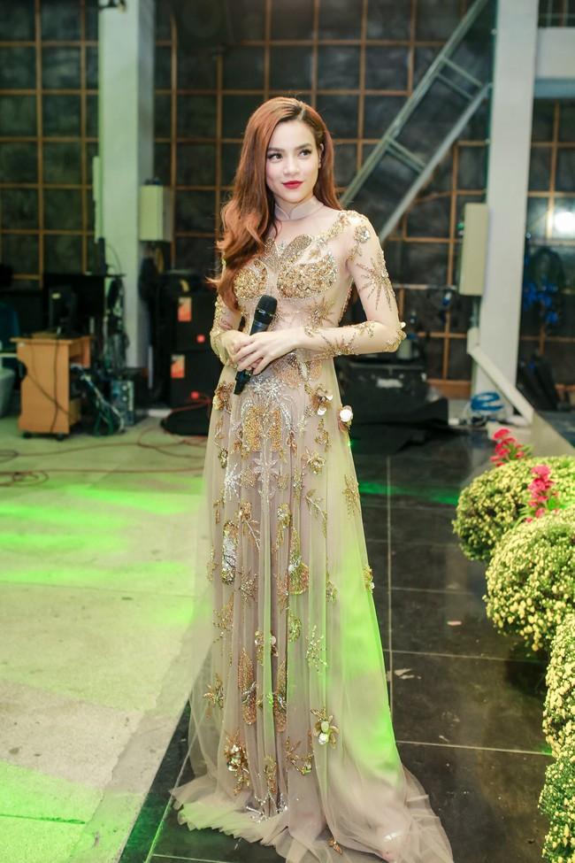 Hồ Ngọc Hà đeo vàng đỏ người, một mình tất bật chạy show dịp cuối năm - Ảnh 5.