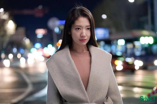 Tạm quên kết phim đáng phẫn nộ đi, Park Shin Hye trong hậu trường phim Ký ức Alhambra đáng yêu thế này đây - Ảnh 9.