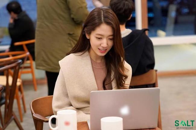 Tạm quên kết phim đáng phẫn nộ đi, Park Shin Hye trong hậu trường phim Ký ức Alhambra đáng yêu thế này đây - Ảnh 8.