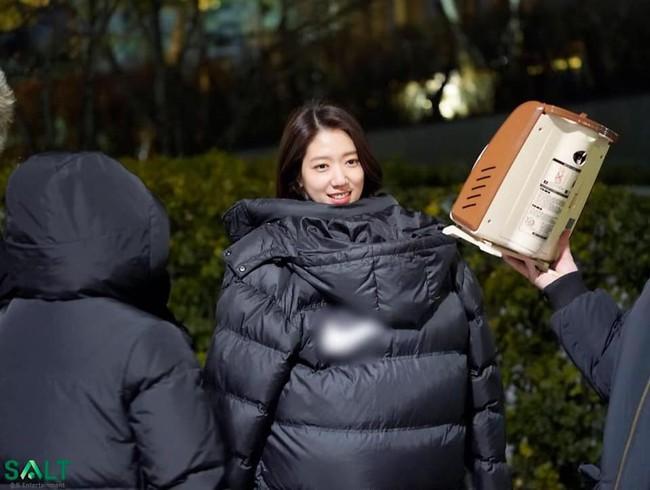 Tạm quên kết phim đáng phẫn nộ đi, Park Shin Hye trong hậu trường phim Ký ức Alhambra đáng yêu thế này đây - Ảnh 3.