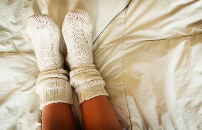 Bạn có biết rằng vào mùa đông, xỏ tất đi ngủ lại đem đến cho bạn nhiều lợi ích không ngờ thế này! - Ảnh 1.