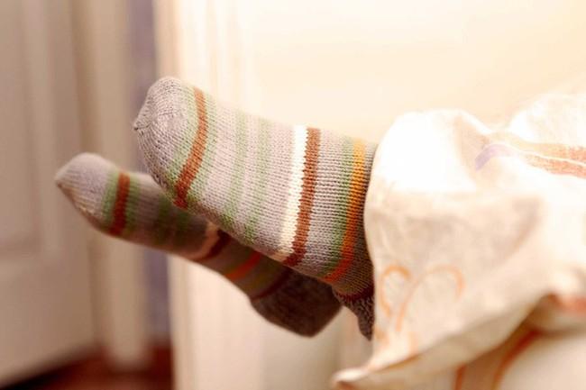 Bạn có biết rằng vào mùa đông, xỏ tất đi ngủ lại đem đến cho bạn nhiều lợi ích không ngờ thế này! - Ảnh 2.
