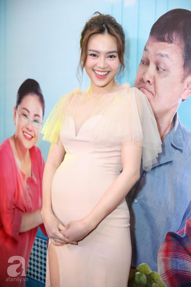 Sau lùm xùm bị lôi vào đám cưới Cường Đô La, Hồ Ngọc Hà xuất hiện thân mật bên Kim Lý khi đến chúc mừng vợ chồng Trấn Thành  - Ảnh 2.