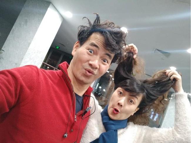 Xuân Bắc khoe ảnh đầu bù tóc rối cùng Vân Dung khi tập Táo Quân nhưng netizen lại rưng rưng xúc động  - Ảnh 1.