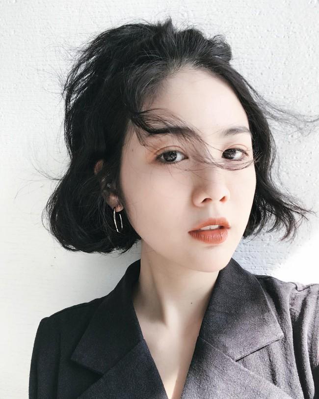 Dù tóc ngắn thì vẫn có 4 kiểu uốn xoăn đẹp quên sầu mà không già chút nào để chị em điệu đà diện Tết - Ảnh 7.