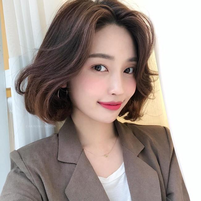 Dù tóc ngắn thì vẫn có 4 kiểu uốn xoăn đẹp quên sầu mà không già chút nào để chị em điệu đà diện Tết - Ảnh 2.