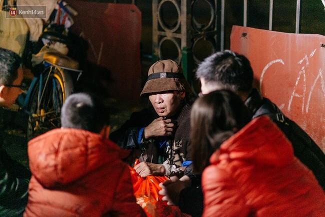 Phận người vô gia cư trên đường phố Hà Nội những ngày rét mướt: Chúng tôi cũng có một cái Tết như bao người khác - Ảnh 11.