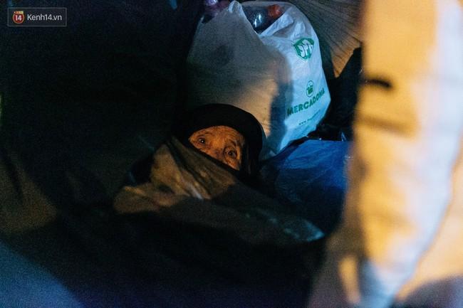 Phận người vô gia cư trên đường phố Hà Nội những ngày rét mướt: Chúng tôi cũng có một cái Tết như bao người khác - Ảnh 14.