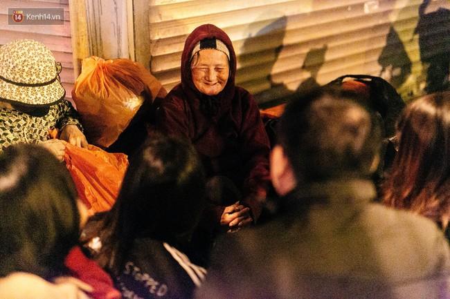 Phận người vô gia cư trên đường phố Hà Nội những ngày rét mướt: Chúng tôi cũng có một cái Tết như bao người khác - Ảnh 16.
