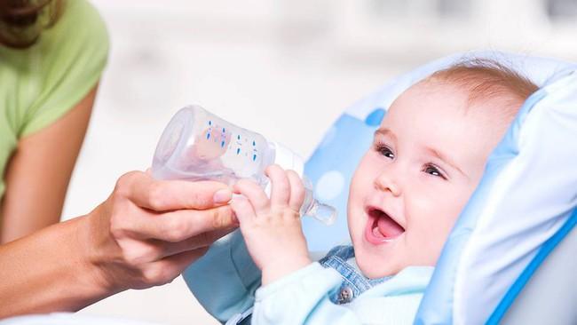 5 cách đơn giản hiệu quả giúp hạ sốt nhanh chóng cho con mà không cần lạm dụng kháng sinh, cha mẹ rất nên biết - Ảnh 2.