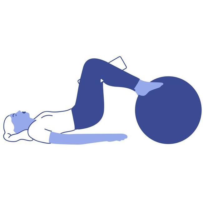 Các bài tập với bóng tăng cường khả năng cân bằng và sức mạnh của cơ thể - Ảnh 6.