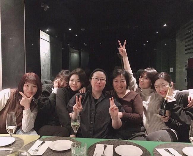 Song Hye Kyo gây choáng với ảnh selfie siêu cân mặt: 38 tuổi mà da bóng mịn không chút nếp nhăn - Ảnh 1.