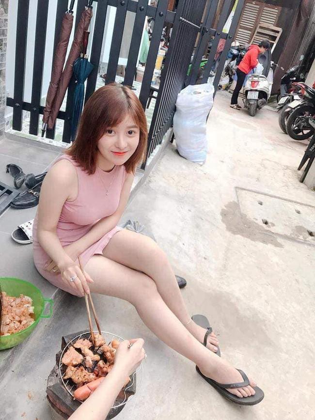 Chỉ vì một bức ảnh ngồi nướng thịt trước cửa, cô gái khiến dân mạng đổ xô truy tìm vì dễ thương - Ảnh 1.