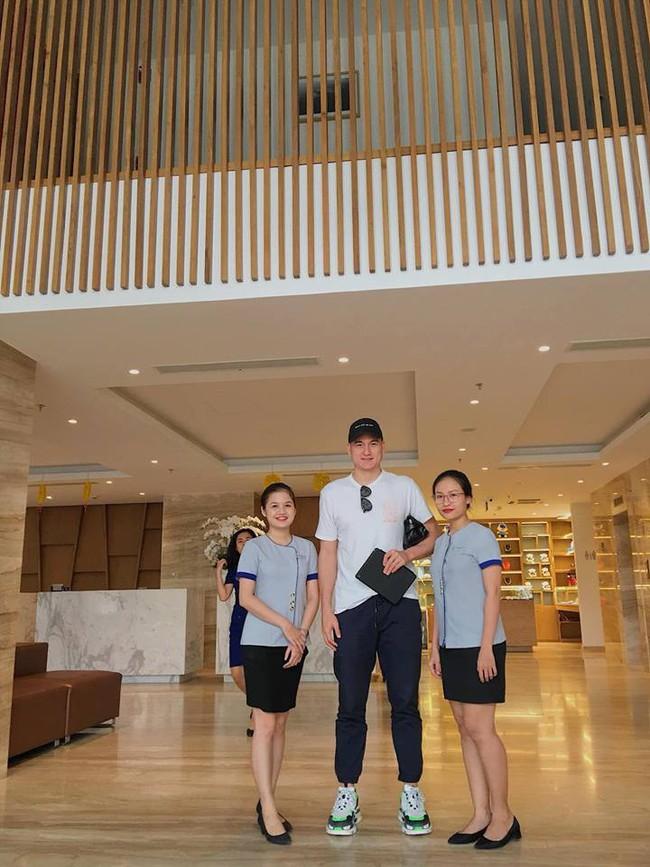 Chỉ bằng vài bức ảnh vu vơ, dân mạng khẳng định: Lâm Tây đang đi nghỉ dưỡng cùng bạn gái nóng bỏng Yến Xuân - Ảnh 1.