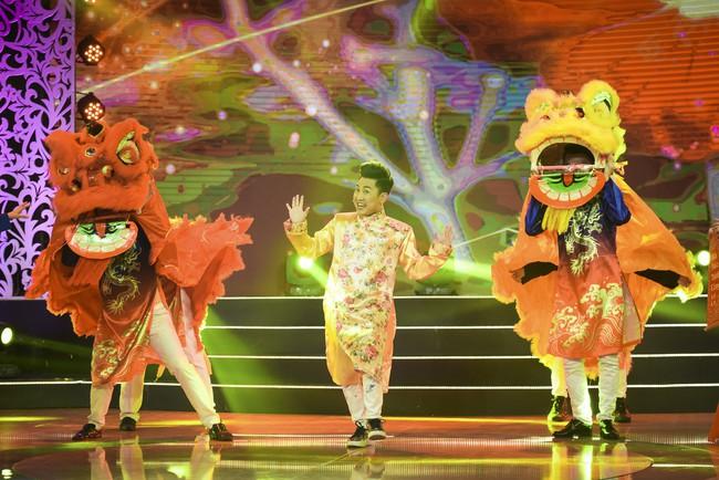 Noo Phước Thịnh đốn tim fan khi diện áo dài hát mừng Xuân mới  - Ảnh 7.