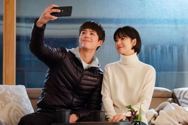 Park Bo Gum thừa nhận mỗi lần tình tứ với Song Hye Kyo đều khiến anh xúc động - Ảnh 1.