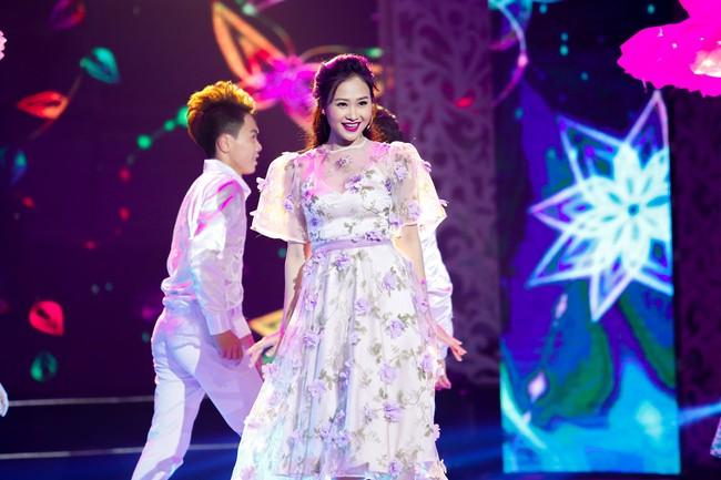 Noo Phước Thịnh đốn tim fan khi diện áo dài hát mừng Xuân mới  - Ảnh 9.