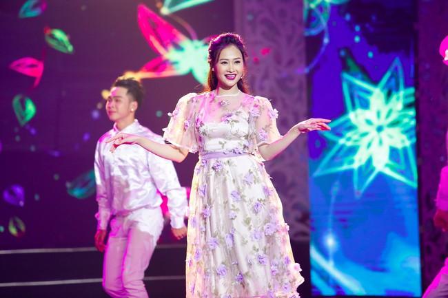 Noo Phước Thịnh đốn tim fan khi diện áo dài hát mừng Xuân mới  - Ảnh 10.